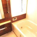 ブラウンで落ち着いた浴室です。窓付きなので通風も良好です!(風呂)