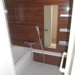 高級感のあるアクセントパネルを使用した落ち着きのある浴室(風呂)