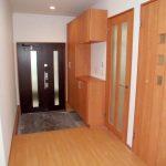 広めの玄関ホール、大型の玄関収納あり(玄関)