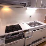 スライド収納で奥までしっかりと収納できます。かさばる調理器具もスッキリ!(キッチン)