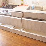 キッチンはスライド式の収納でかさばってしまう調理器具もスッキリ収納できます。(キッチン)
