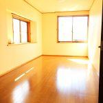 2階の洋室も2面採光で陽当たり良好(寝室)