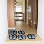 フロアタイルも交換済みです。リビングの戸を開けておくと、開放的で風通しも良いです。(玄関)