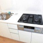 使いやすい三口コンロと幅の広いシンクで洗い物もしやすいです(キッチン)