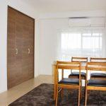 リビングダイニングキッチンは約11帖の広さです。広々とお部屋を使うことができます。(居間)
