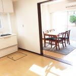 奥から陽が差し込む明るいダイニングキッチン(居間)
