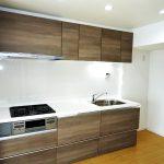 調理スペースも確保されており、三口コンロとワイドシンクで使いやすいキッチンです(キッチン)