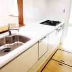 使いやすい三口コンロと洗い物がしやすいワイドシンクです(キッチン)