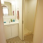デザインタイルが目を引く洗面脱衣室。入口はアーチ型になっていてかわいいです。