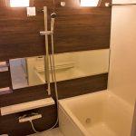 ミラーや照明がおしゃれな浴室(内装)