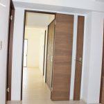 玄関からリビングの様子(玄関)