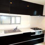 黒を基調としたスタイリッシュなシステムキッチン(キッチン)