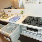 便利な食洗機付のシステムキッチン。ビルトイン三口コンロなのでお掃除も楽です。(キッチン)