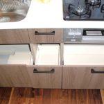 システムキッチンの収納部分、スライド式の収納で、お鍋などのかさばる調理器具もスッキリ収納できます。(キッチン)