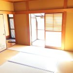 和室にはサンルームもついていて、陽あたり良好!(寝室)